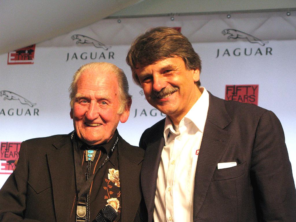 Testfahrer Norman Dewis zusammen mit Jaguar-Land-Rover-Chef Ralf Speth.