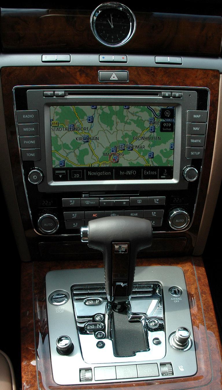 VW Phaeton: Blick auf den mittleren Armaturenträger.