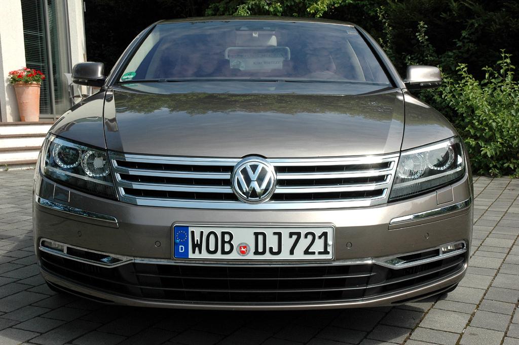 VW Phaeton: Blick auf die Frontpartie des Luxuslimousine.