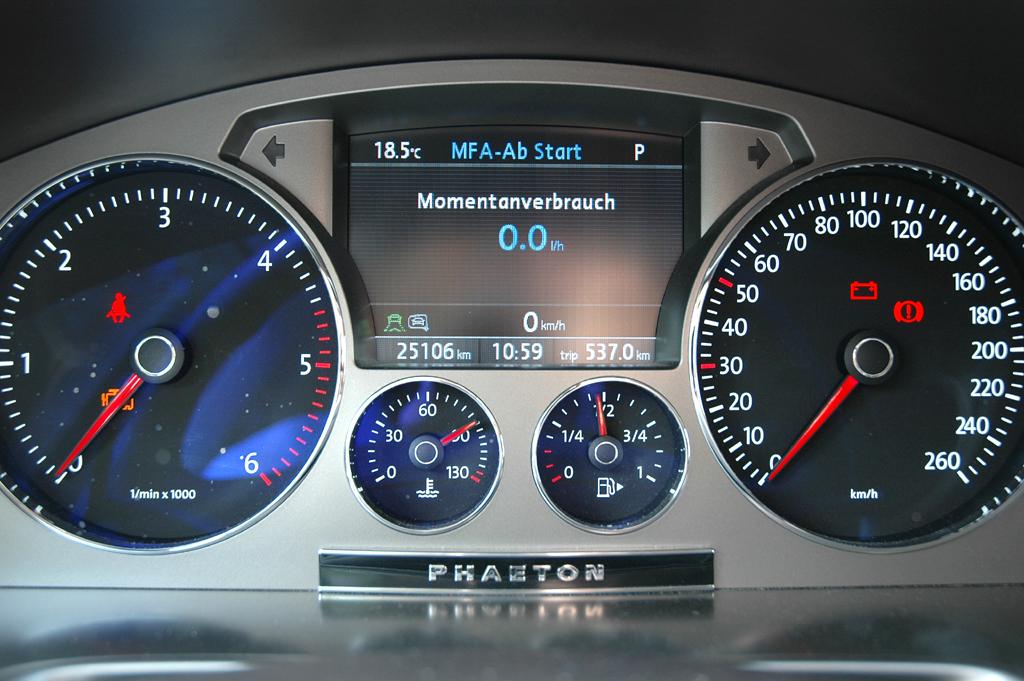 VW Phaeton: Blick durch den Lenkradkranz auf die Rundinstrumentierung.
