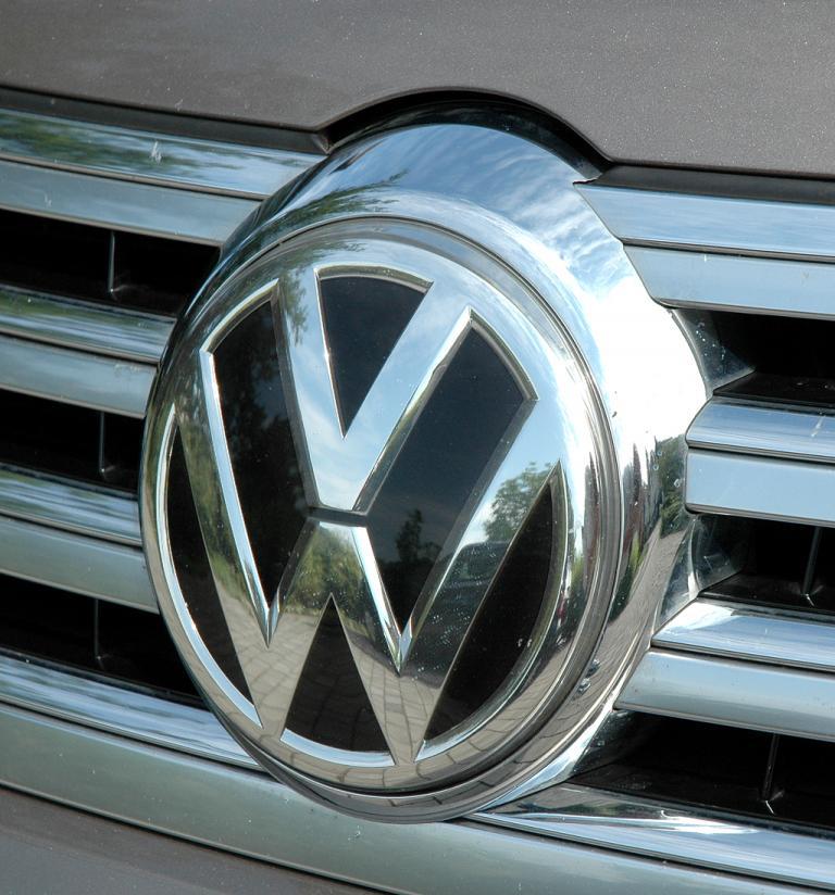 VW Phaeton: Das Markenlogo prangt groß und mittig vorn im Kühlergrill.