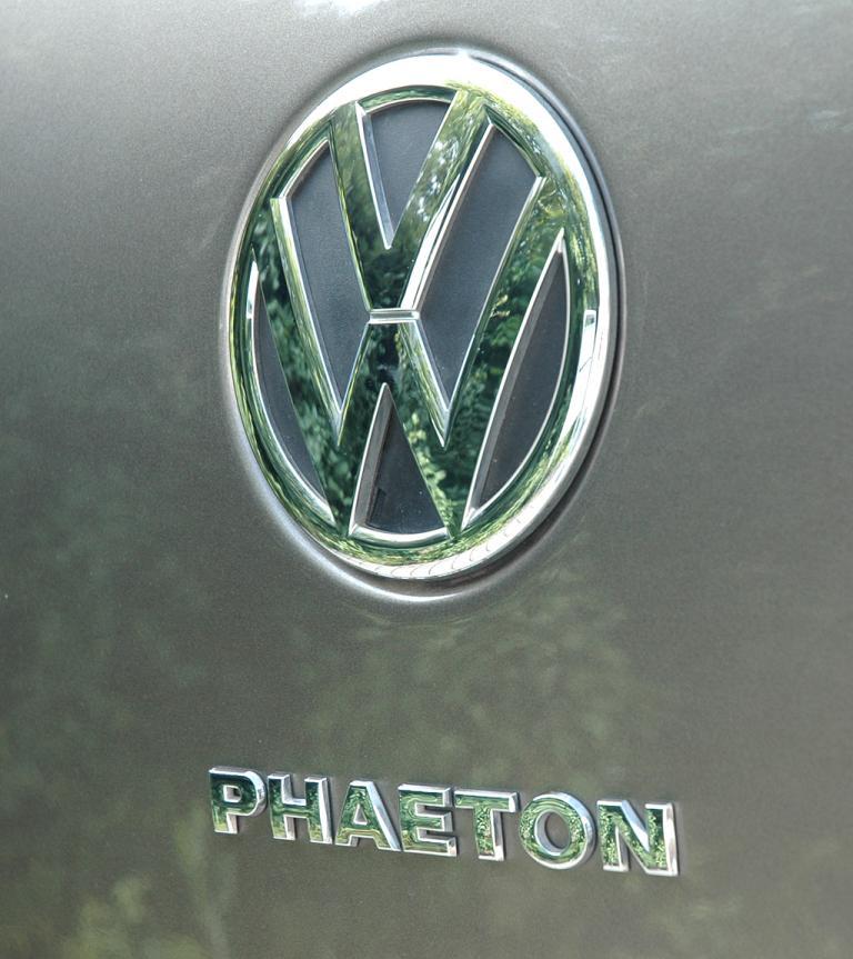 VW Phaeton: Markenlogo und Modellschriftzug sitzen hinten an der Kofferraumklappe.