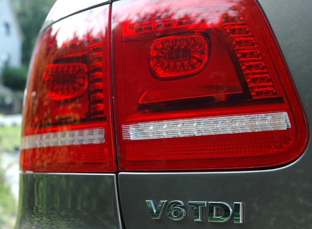 VW Phaeton: Moderne Leuchteinheit hinten mit Motorisierungsschriftzug.