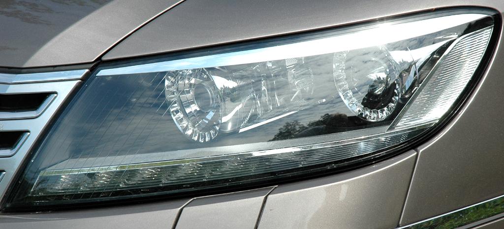 VW Phaeton: Moderne Leuchteinheit vorn.