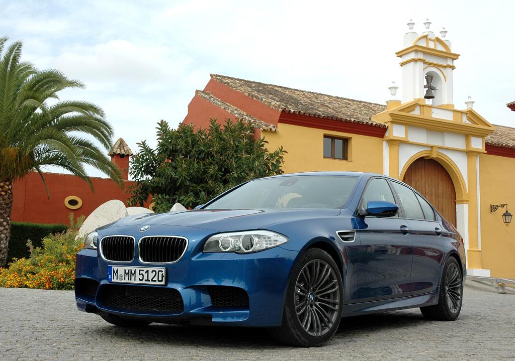 Auch der neue BMW M5 fährt bullig in M-typischer Optik vor.