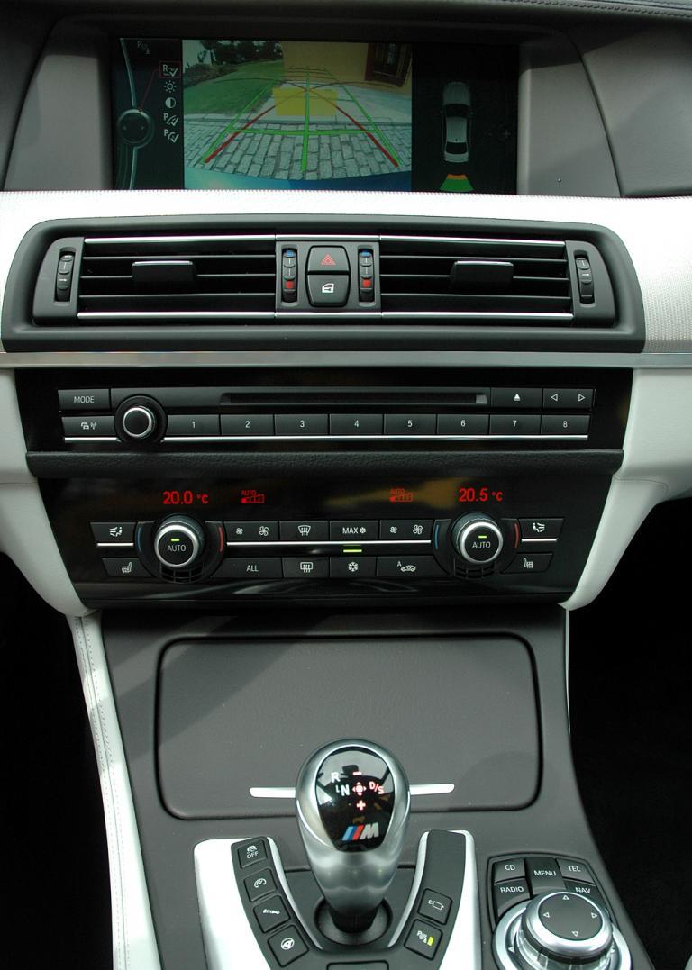 BMW M5: Blick auf den mittleren Armaturenträger.