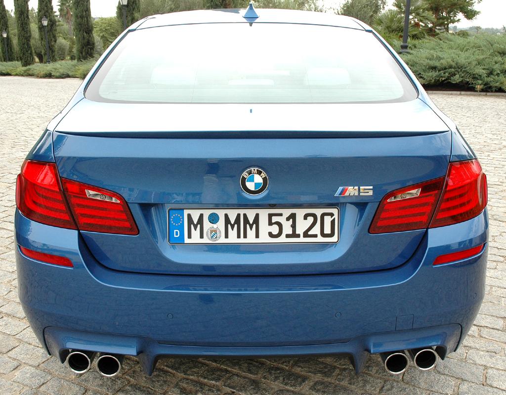 BMW M5: Blick auf die Rückseite mit Heckschürze, vierflutigem Auspuff und Diffusor.