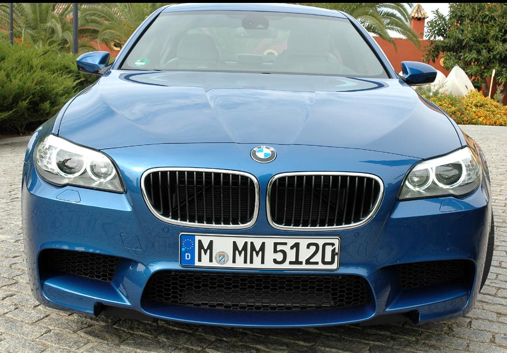 BMW M5: Blick auf die Vorderseite mit Frontschürze und größeren Lufteinlässen.