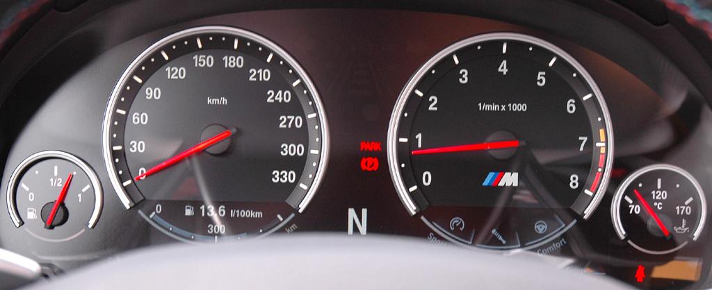 BMW M5: Blick durch den Lenkradkranz auf die Rundinstrumentierung.