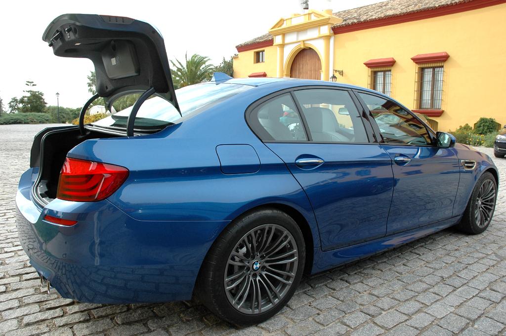 BMW M5: Ins Gepäckabteil passen ordentliche 520 Liter hinein.
