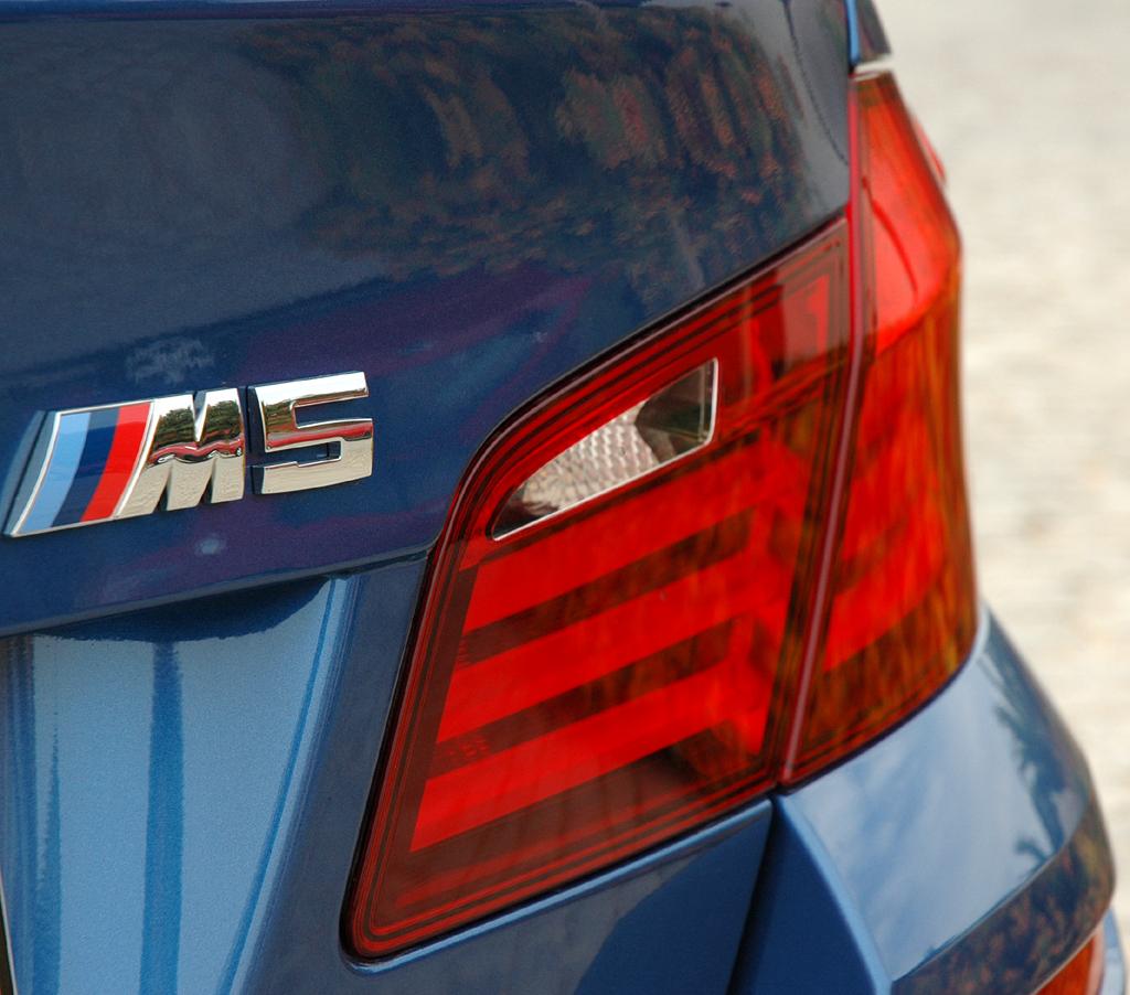 BMW M5: Moderne Leuchteinheit hinten mit Modellschriftzug.