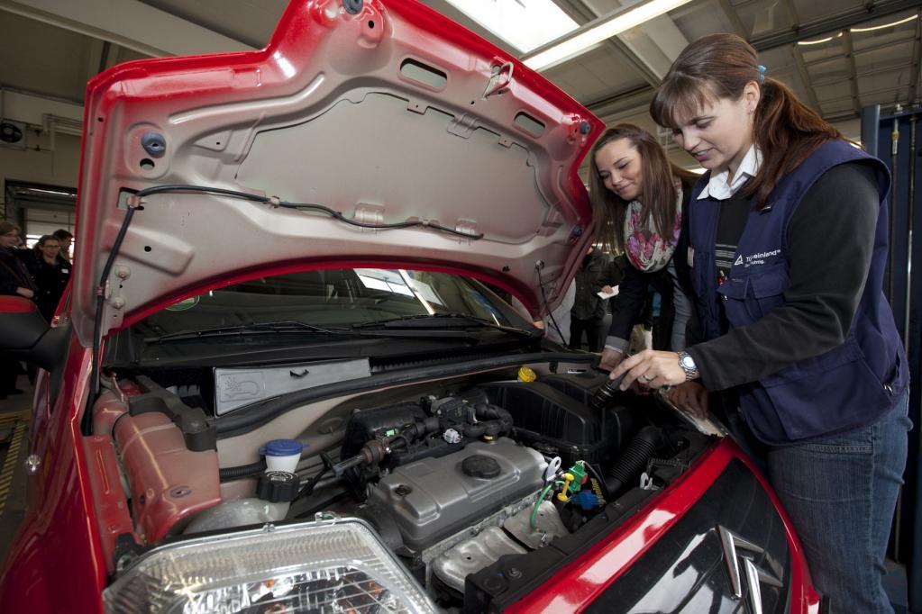 Bei dem kostenlosen Profi-Check prüft der TÜV Rheinland die Sicherheit der Autos von Auszubildenden schon vor dem Kauf.