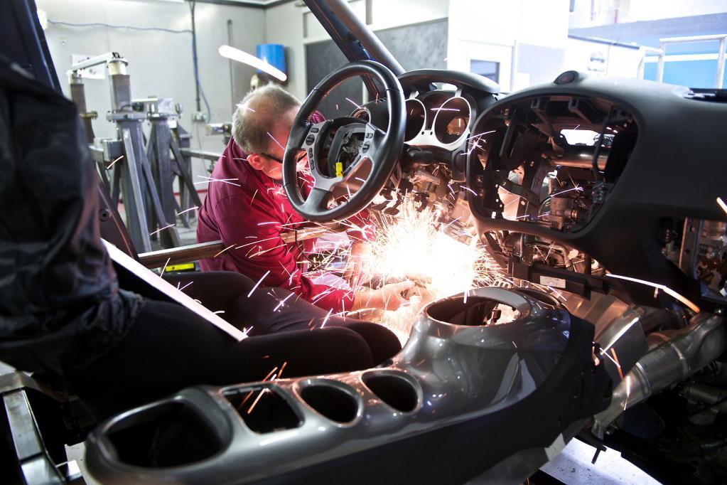 Beim Einbau der Rennsportelemente in den Juke haben die Macher vom Motorsportunternehmen RML kräftig die Funken fliegen lassen. Die Mittelkonsole in Form eines Motorradtanks ist aber erhalten geblieben.