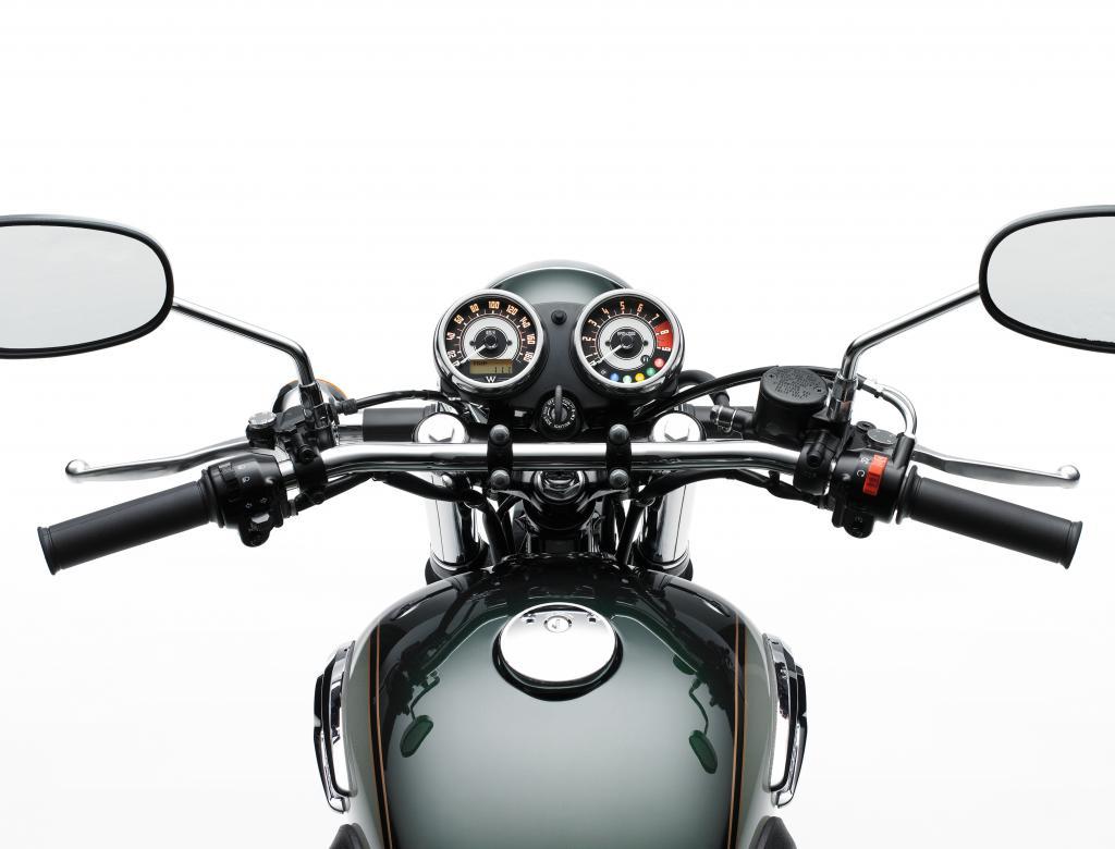 Cockpit der Kawasaki W800: stilsicher mit zwei klassischen Rundinstrumenten.