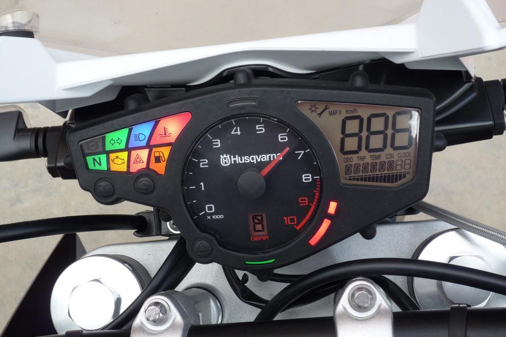 Das Cockpit mit Schaltblitz ist vollständig und ausgezeichnet ablesbar; eine ABS-Warnleuchte weist auf den erst ab Herbst 2013 eintreffenden Blockierverhinderer hin.