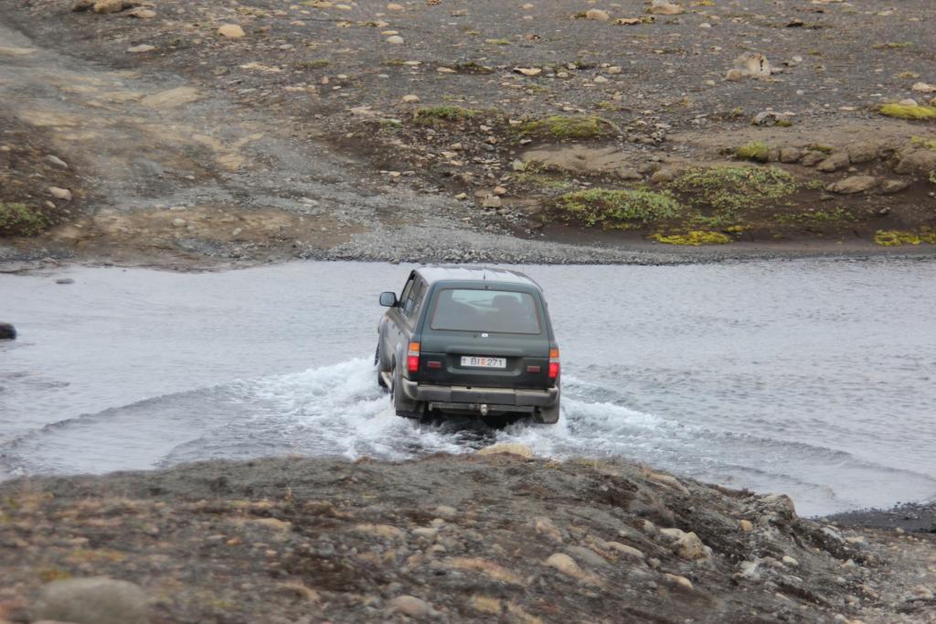 Der Scout fährt zuerst durchs Wasser