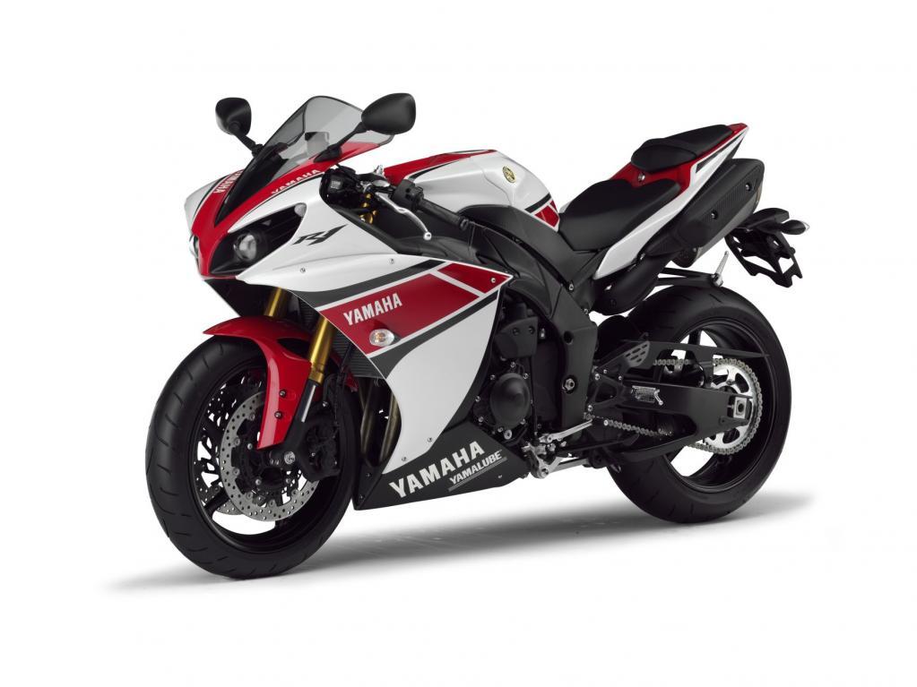 Der kompakte Deltabox-Rahmen aus Aluminium sorgt für präzise Handlingeigenschaften. Um das Fahrverhalten bei hohem Tempo zu verbessern, hat Yamaha der neuen YZF-R1 eine neue Frontverkleidung mit auf den Weg gegeben.
