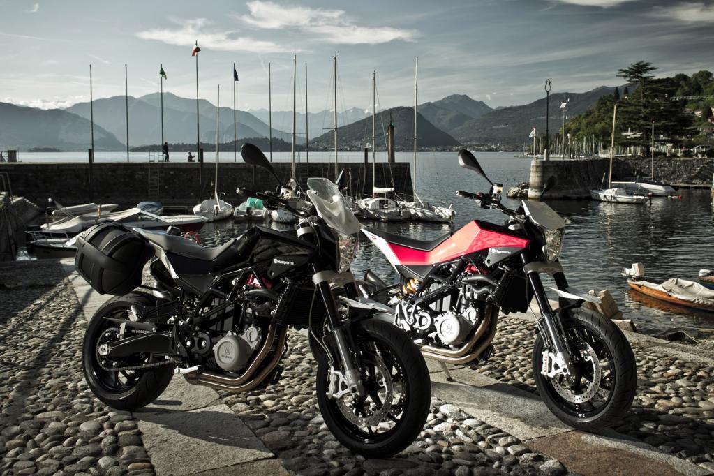 Die ab November erhältliche 9 990 Euro teure Basisversion ist nur in schwarzem Outfit erhältlich, während die Nuda 900 R für 11 590 Euro exklusiv in den traditionellen Motorsportfarben Rot und Weiß zu haben ist.