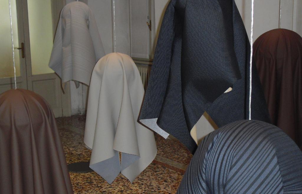 Exponate für Bezugsstoffe: Was wie Leder aussieht, muss sich auch wie Leder anfühlen.
