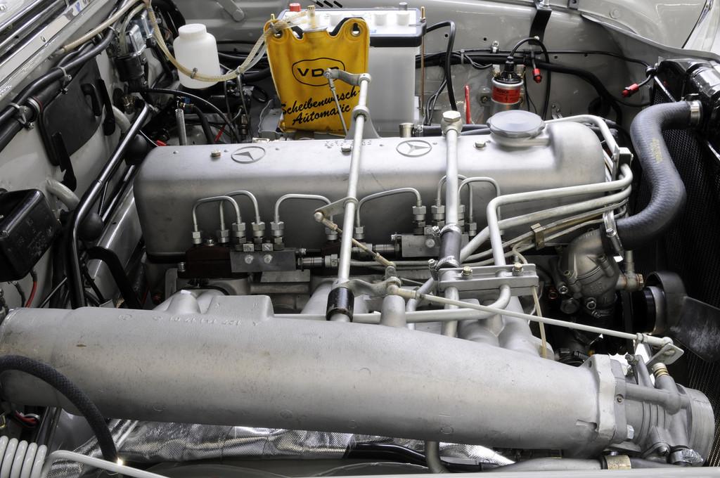 Für den historischen Motorsport neu aufgebauter Mercedes-Benz 220 SE.