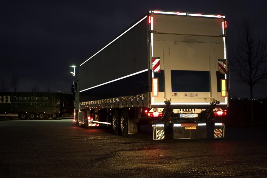 Für die Sicherheit: Reflektorstreifen am Lkw