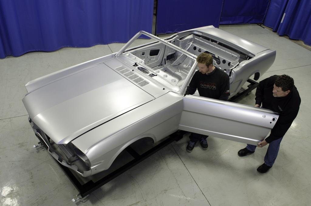 Ford Mustang von 1965 als Remake. Matt Patrias und Ed Orzechowski passen die Fahrertür ein.
