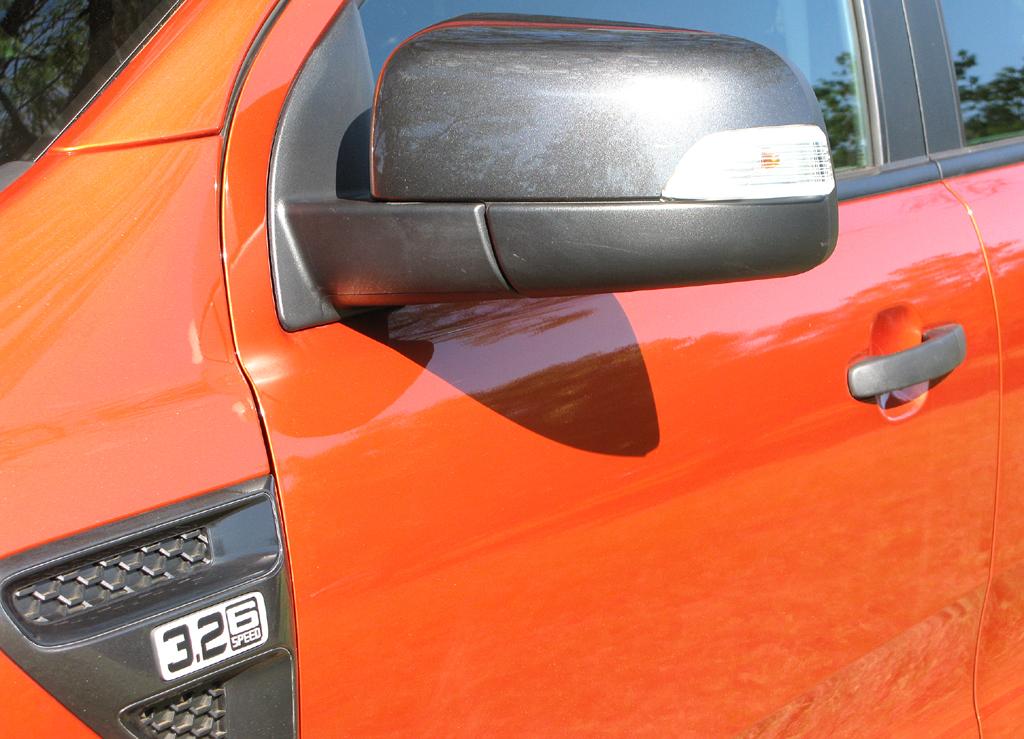 Ford Ranger: Blick auf die Fahrerseite mit Motorisierungskennung links.Ford Ranger: Blick ins Cockpit; bei den Testwagen handelte es sich um Rechtslenker.