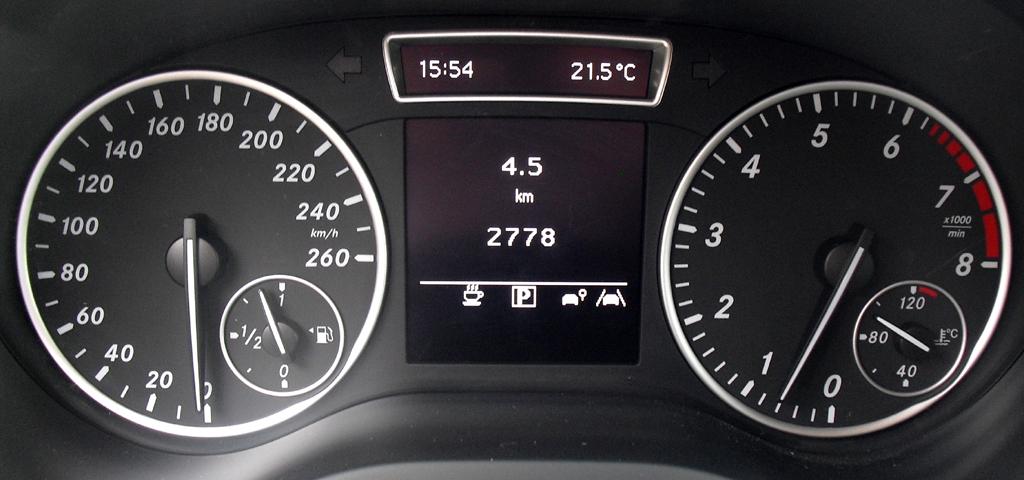 Mercedes B-Klasse: Blick durch den Lenkradkranz auf die Rundinstrumentierung.