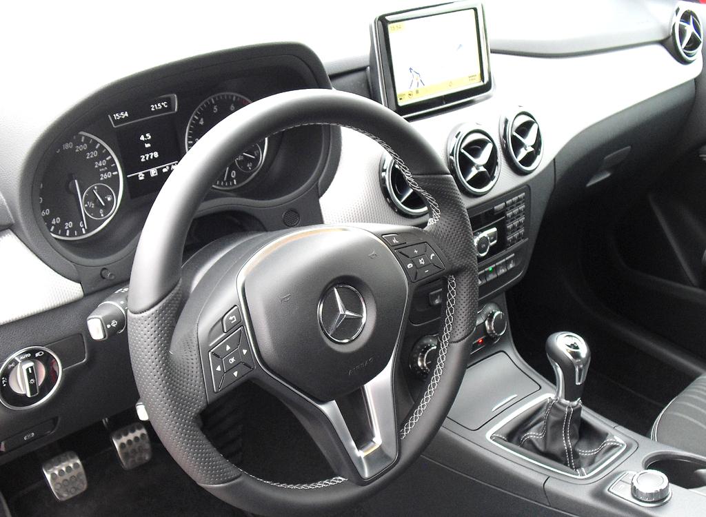 Mercedes B-Klasse: Blick ins hochwertiger gestaltete Cockpit.