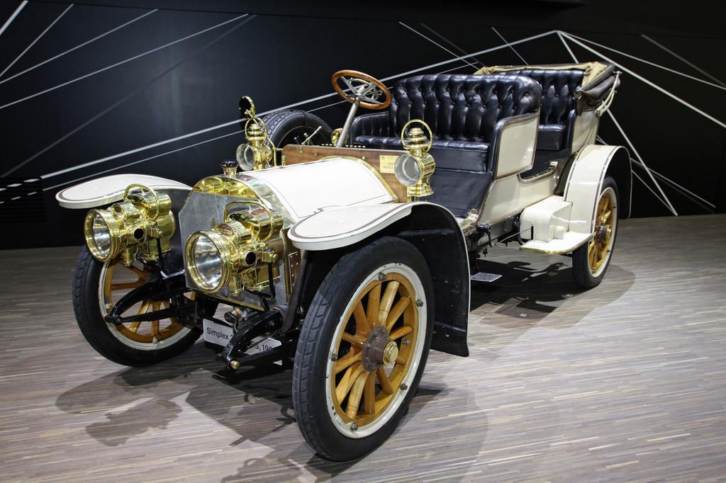 Mercedes-Benz mit zwei Autos beim