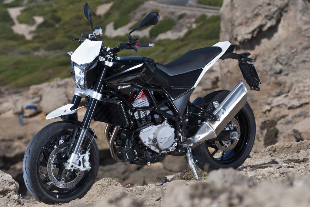 Mit der Nuda 900 ist den weiß-blauen Italienern tatsächlich ein fahraktiver Zwitter aus Supermoto und Naked Bike gelungen, eine Gattung Motorrad, die es bislang nicht gab.