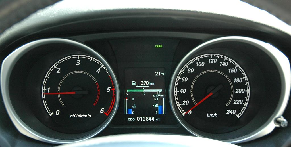 Mitsubishi ASX: Blick durch den Lenkradkranz auf die Rundinstrumentierung.