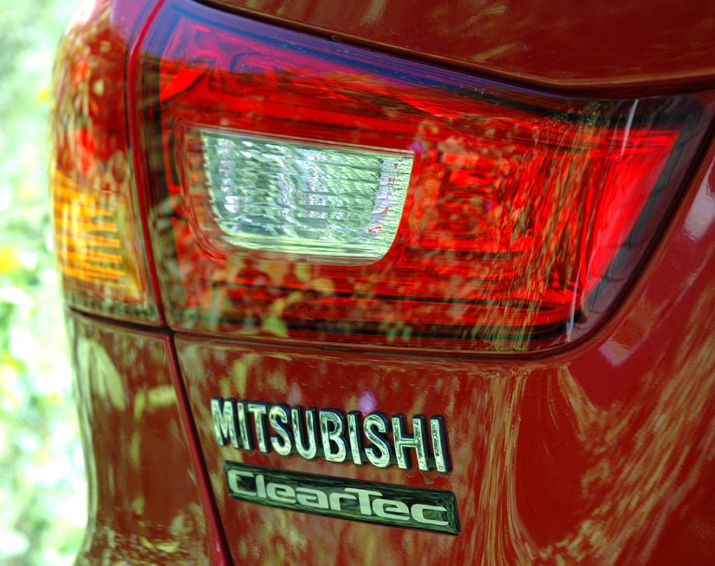 Mitsubishi ASX: Moderne Leuchteinheit hinten mit Marken- und Motorschriftzug.