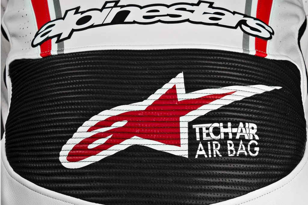 Ohne Kabelverbindung zum Motorrad funktioniert die neue Airbag-Motorradkombi von Alpinestars für rund 6 000 Euro.