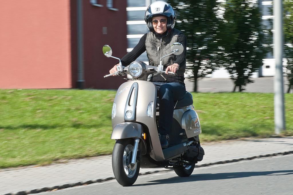 Perfektes Zweirad-Gefährt für fesche Großstadtbienen: Der Kymco-Roller New Sento 50i.