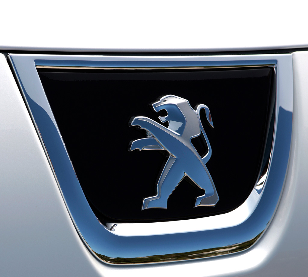 Peugeot 3008 Hybrid4: Das Markenlogo sitzt vorn über dem Kühlergrill.