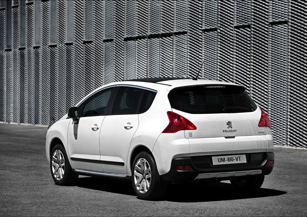 Peugeot 3008 Hybrid4: Heck-/Seitenansicht des Crossover mit dem neuartigen Antrieb.