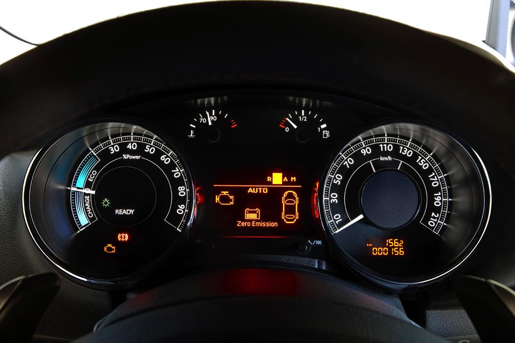 Peugeot 3008 Hybrid4: Im mittleren Display wird der jeweilige Fahrmodus angezeigt.