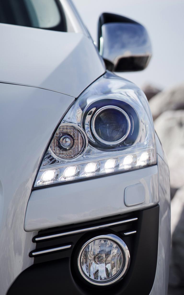Peugeot 3008 Hybrid4: Moderne Leuchteinheit mit LED-Tagfahrlicht vorn.