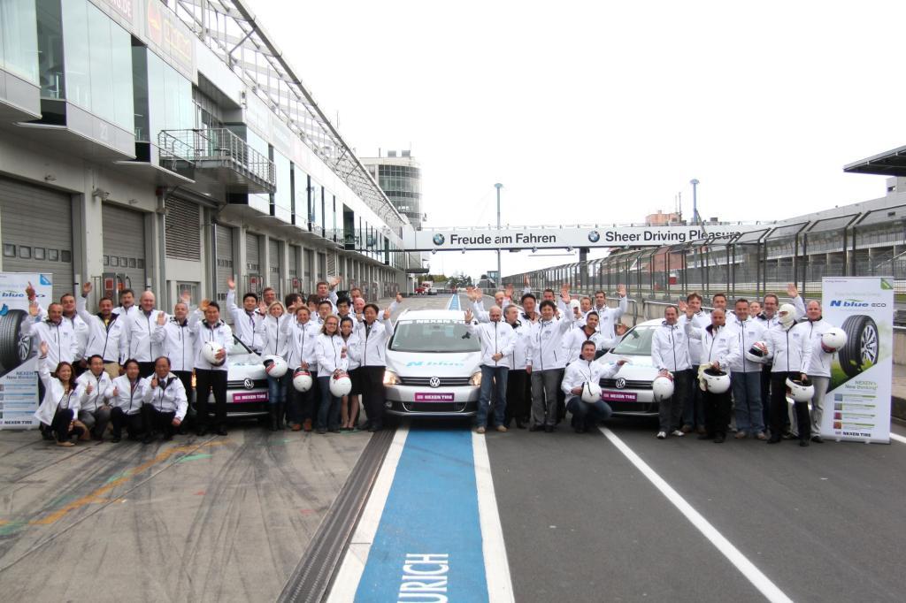 Rund 50 Reifengroßhändler und Mitarbeiter aus Reifenfachbetrieben testeten am Nürburgring die neuen Nexen-Reifen N´Blue Eco und HD.