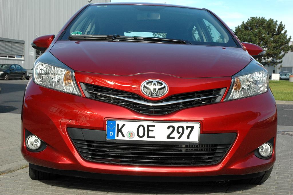 Toyota Yaris: Blick auf die Frontpartie des Kleinwagens.