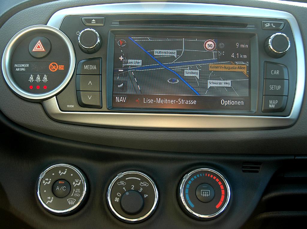 Toyota Yaris: Blick auf die Navigation im mittleren Armaturenträger.