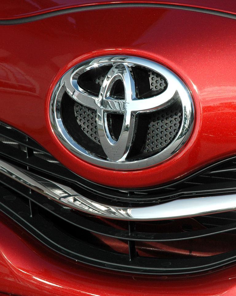 Toyota Yaris: Das Markenlogo sitzt vorn über dem Kühlergrill.