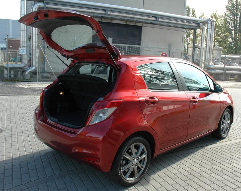 Toyota Yaris: Ins Gepäckabteil passen fast 290 bis rund 770 Liter hinein.
