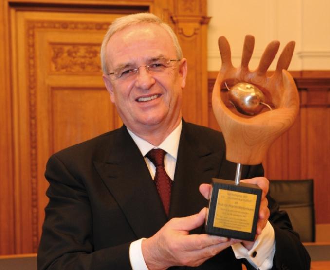"""""""Sind Sie stolz auf diese Kartoffel?"""" - Martin Winterkorn erhält Kommunikations- und Wirtschaftspreis """"Heiße Kartoffel 2011"""" in Leipzig"""