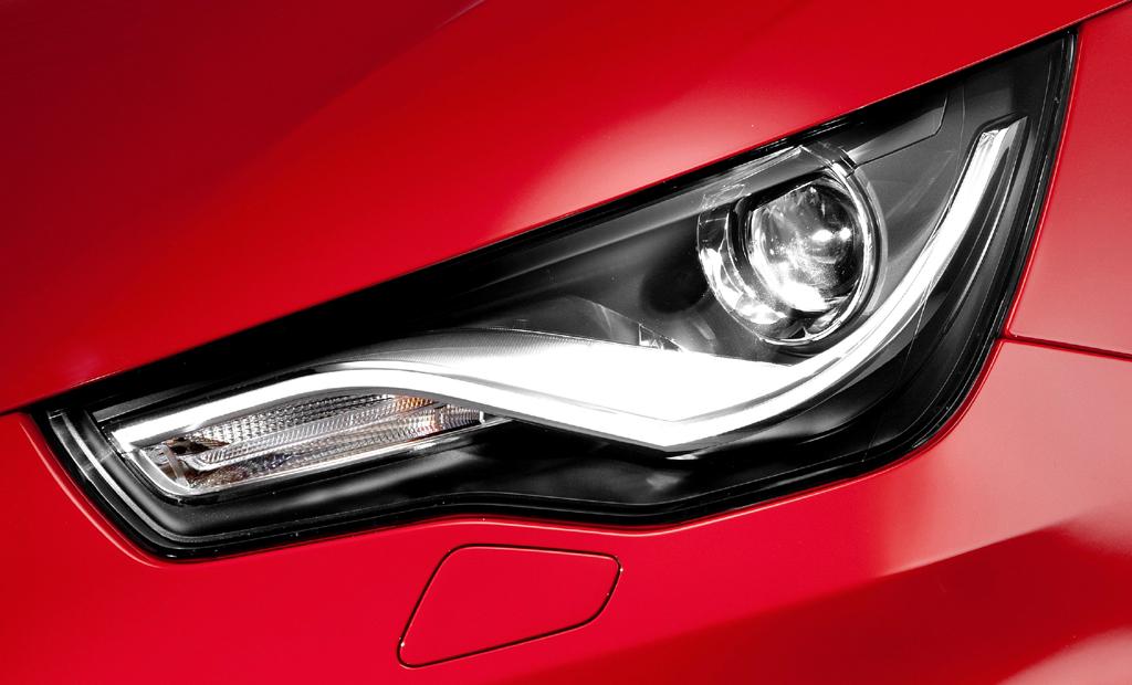 Audi A1 Sportback: Moderne Leuchteinheit vorn und Blick auf den Außenspiegel.