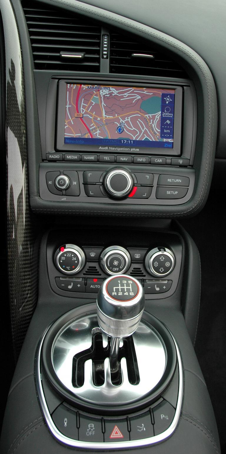 Audi R8 Spyder: Blick auf den mittleren Armaturenträger mit der Kulissenschaltung vorn.