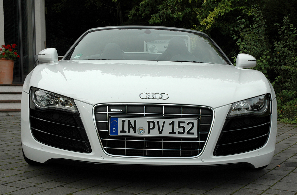 Audi R8 Spyder: Blick auf die Front der flachen Sportwagen-Flunder.