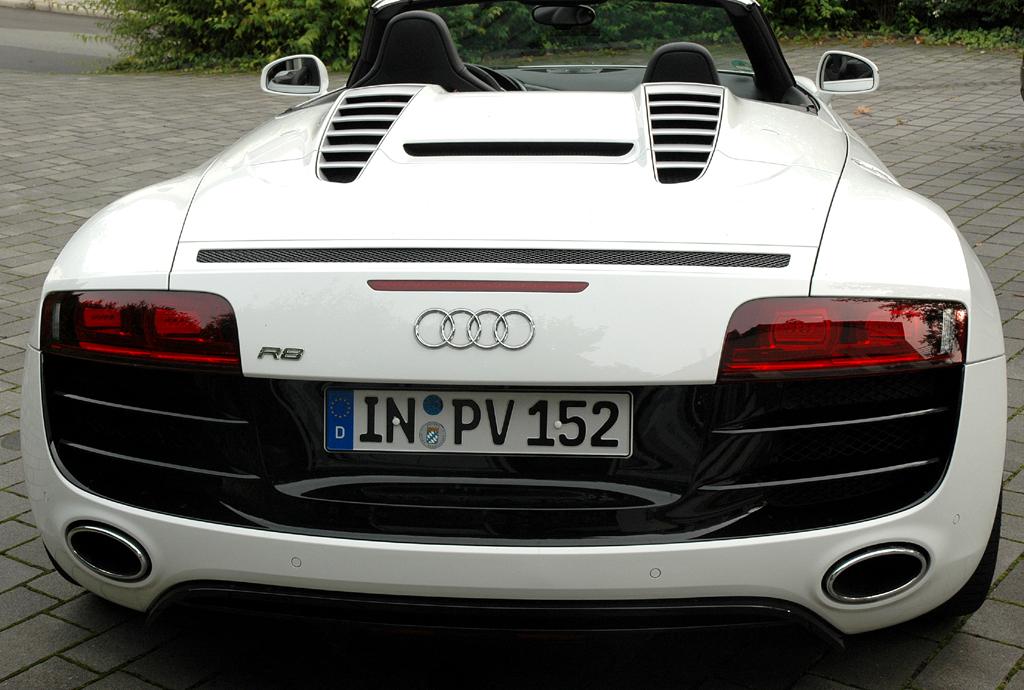 Audi R8 Spyder: Blick auf die Heckpartie, in die sich das Verdeck faltet.