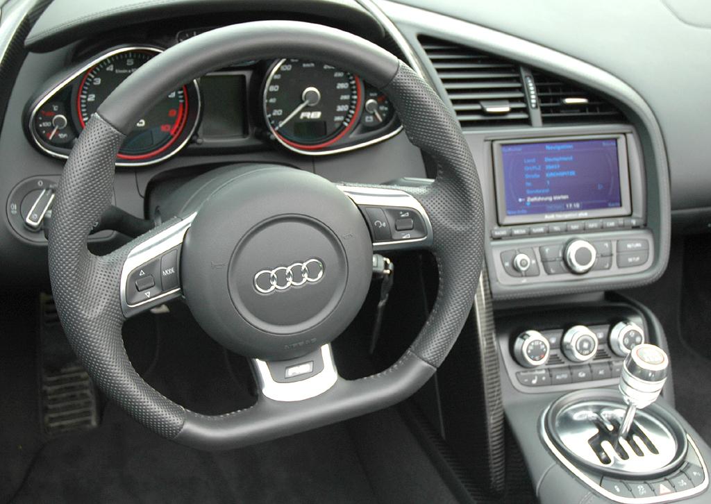 Audi R8 Spyder: Blick ins sportlich-funktionell gestaltete Cockpit.